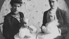 Franklin_D._Roosevelt_and_Eleanor_Roosevelt_with_Anna_and_baby_James,_formal_portrait_in_Hyde_Park,_New_York_1908