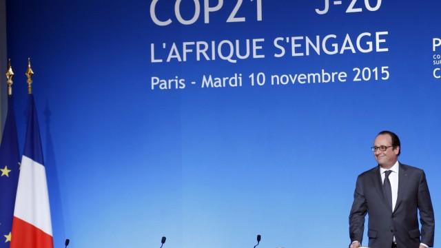 France. Paris le 2015/11/10Reunion de travail de la COP 21 au Palais de Elysee avec les Chef Etats Africains.Francois Hollande devant affiche de la COP21