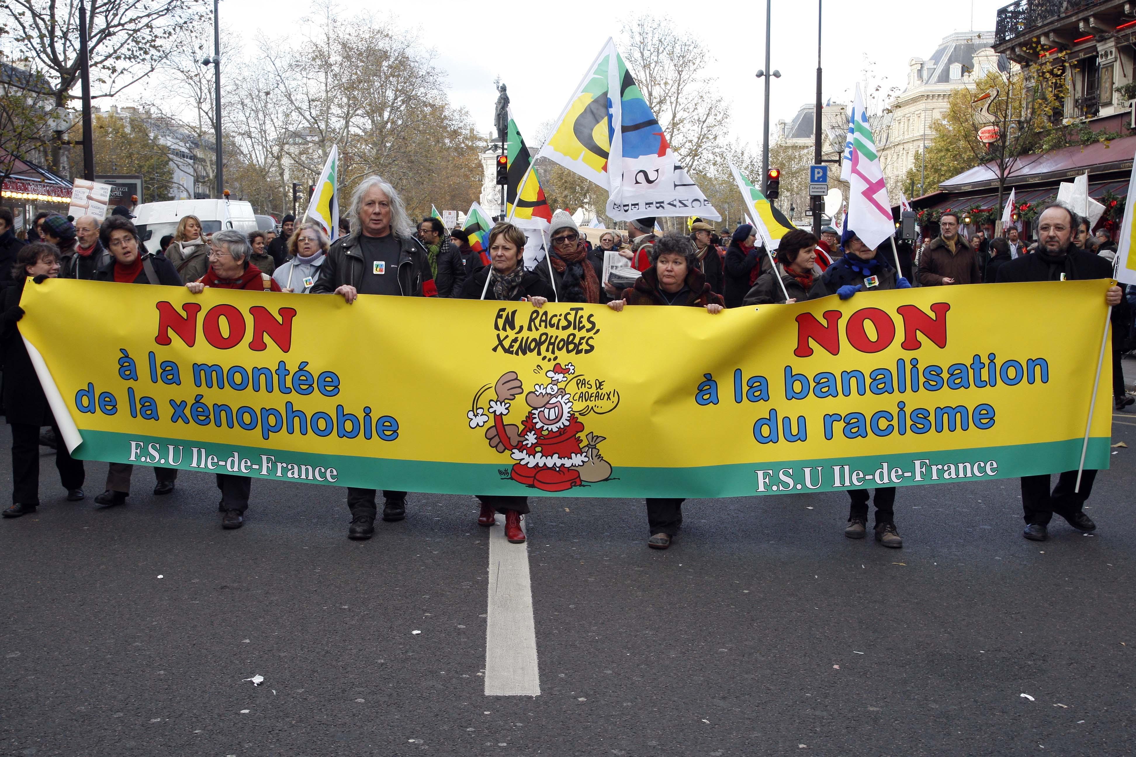 France. Paris le 2013/11/30.Manifestation contre le racisme a Paris.Jeunes manifestantes contre le racisme avec des pancartes cotre le racisme © Vernier/JBV NEWS