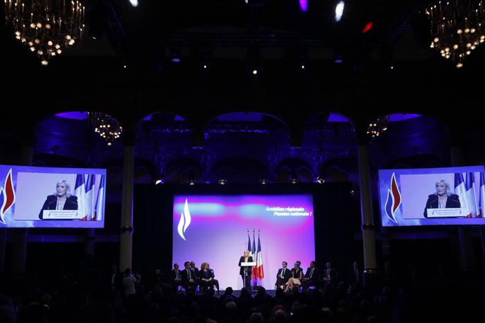 France. Paris le 2015/12/10Front National meeting parisien entre les deux tours des elections regionales.Marine Le Pen pendant son discours et sur des ecrans de television