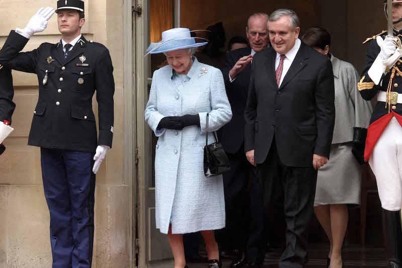 Paris le 6/04/2004 Jean Pierre Raffarin et la Reine Elisabeth II a l'Hotel Matignon Photos ; JBV NEWS/vernier