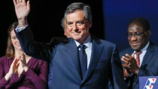 France. Paris Le 2017/03/04Meeting La Societe Civile avec Fillon au Docks Aubervilliers.Francois Fillon saluant de la main les militants