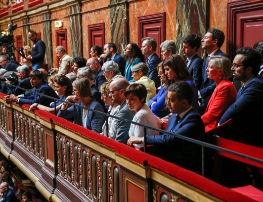 Les membres du Gouvernement écoutent le discours présidentiel.   © JBV News