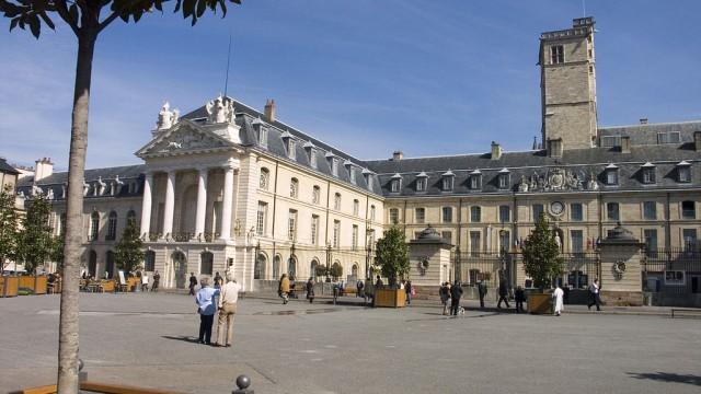 1024px-Dijon-PalaisDucBourgogne