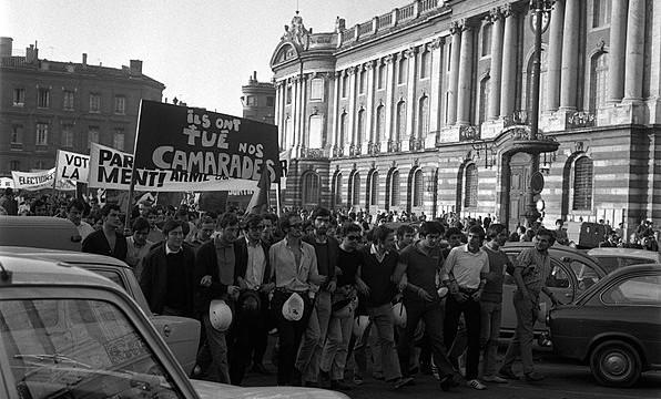 597px-11-12.06.68_Mai_68._Nuit_d'émeutes._Manif._Barricades.Dégâts_(1968)_-_53Fi1035