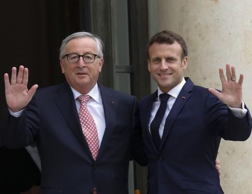 France . Paris le  2019/05/10 Jean Claude Juncker President de la Commission Europeenne est recu au Palais de Elysee. Jean Claude Juncker President de la Commission Europeenne et Emmanuel Macron President de la Republique saluant d un signe d cela main